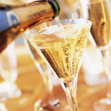Шампанское: вкусный напиток для торжественного настроения или вредный алкоголь?